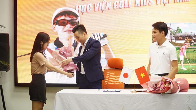Học viện Golf Kids VN trao gửi bó hoa tươi thắm đến Thế giới Golf 3D