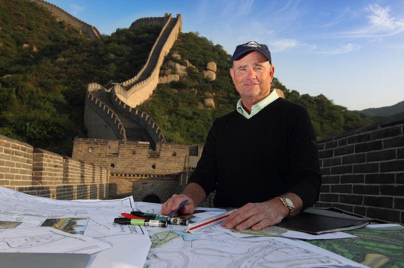 Nhà thiết kế sân golf nổi tiếng Brian Curley bên bản vẽ của mình