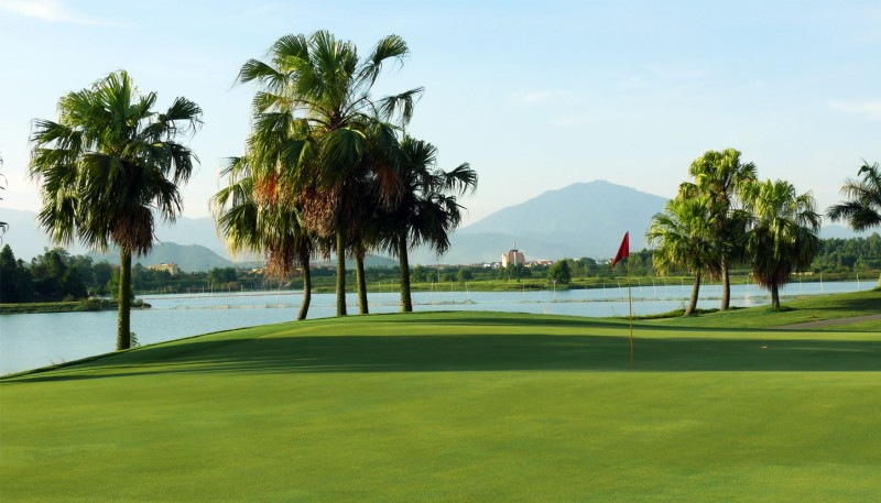 Golf Đầm Vạc toạ lạc tại trung tâm thị xã Vĩnh Yên, Vĩnh Phúc