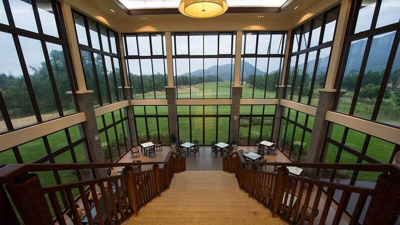 Các nhà hàng ngoài trời chuyên cung cấp ẩm thực trong nước và quốc tế cũng là nơi golf thủ thư giãn sau mỗi trận bóng