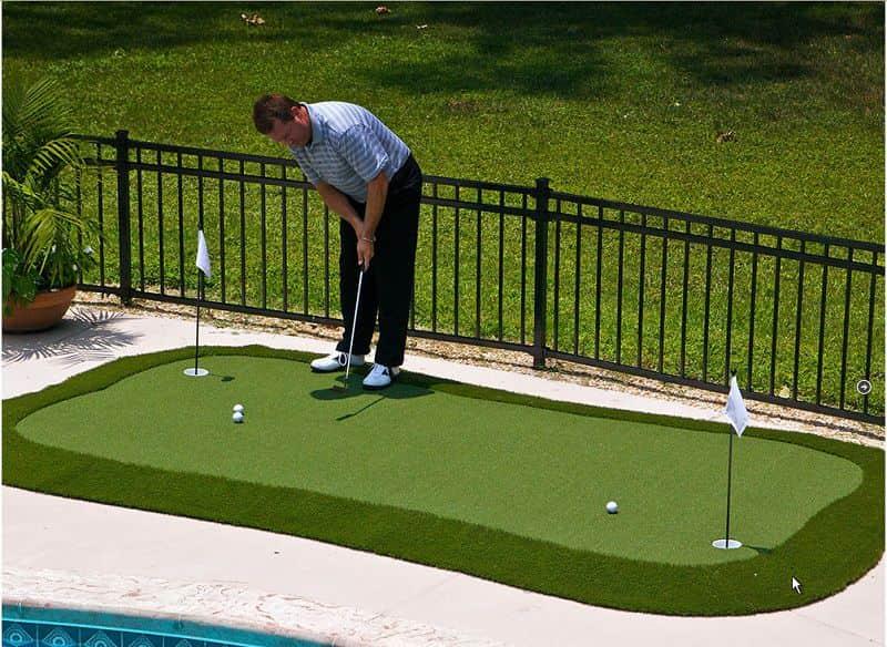 Thợ thi công sẽ trải cỏ nhân tạo trên sân golf