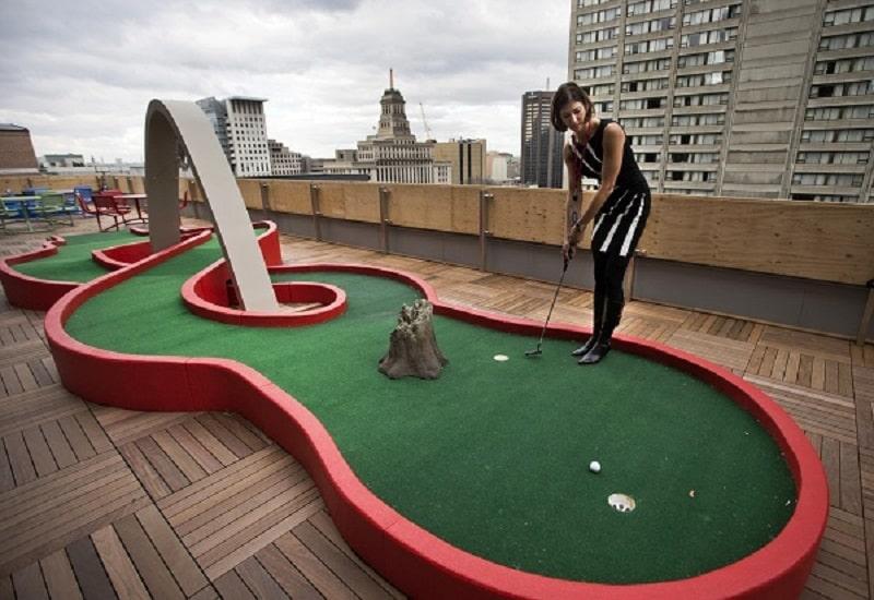 Vị trí sân golf mini có thể là sân thượng hoặc sân vườn