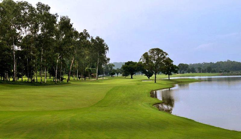 Đường đi sân golf Đồng Mô khá thuận lợi