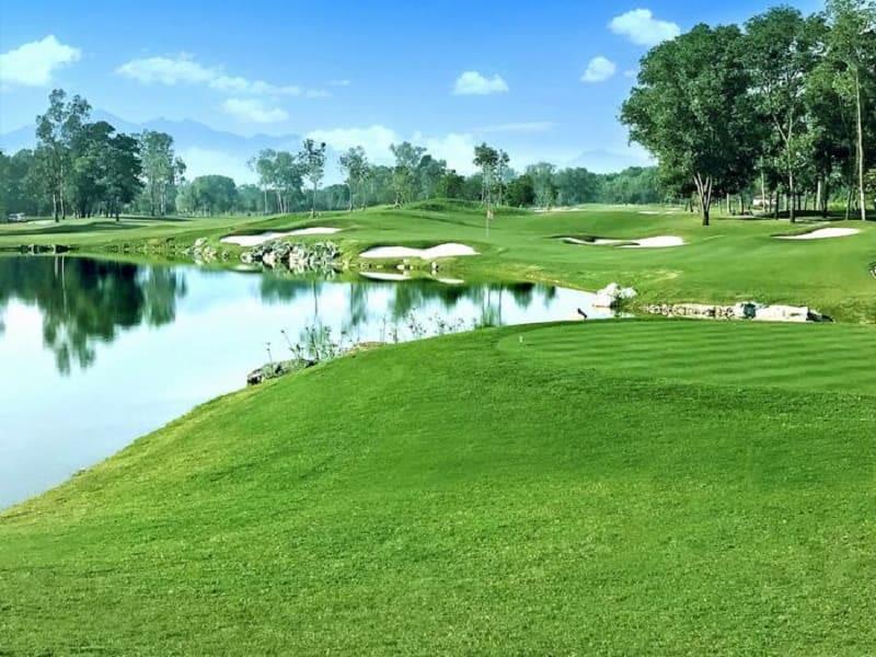 Sân golf Đồng Mô mang đến cho người chơi những thử thách thú vị với những khung cảnh chơi golf đa dạng
