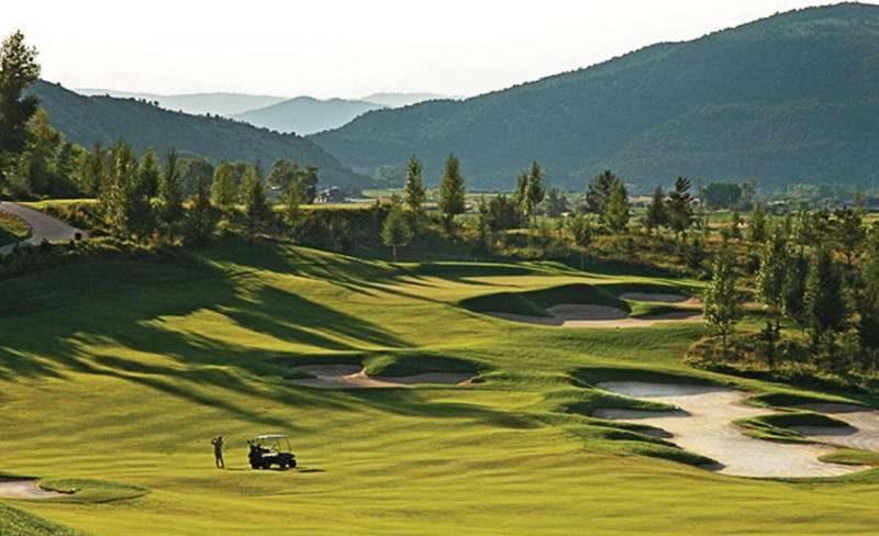 Sân golf Legend Hill nằm trên địa phận xã Phù Linh, huyện Sóc Sơn, Hà Nội.