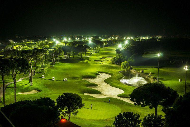 Buổi đêm sân golf được thắp sáng bởi hệ thống đèn chiếu cao cấp