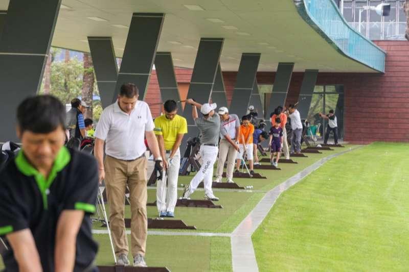 Sân nằm ở lô 8H, golf 2, trung tâm vui chơi giải trí quận Hà Đông, thuộc địa phận phường Kiến Hưng