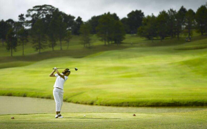 Các sân golf tại Đà Lạt đều gây ấn tượng với du khách bởi vẻ đẹp vô cùng thơ mộng và hệ thống tiện ích hàng đầu