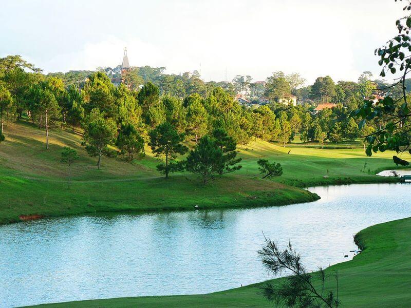 Lỗ golf khó nhất là lỗ golf số 6 được bao quanh bơi hồ nước và hố cát
