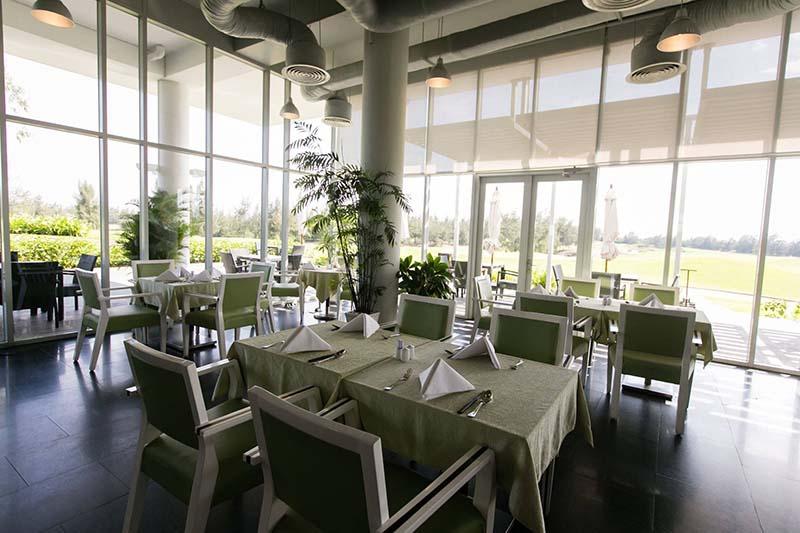 Không gian nhà hàng ở sân golf Montgomerie Links