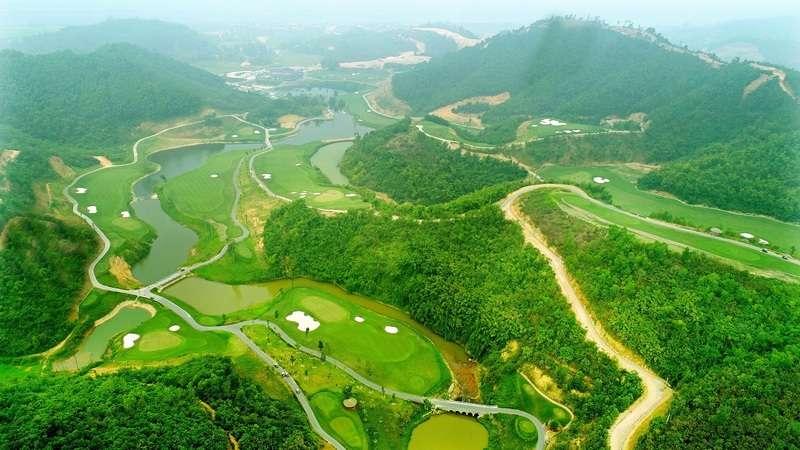 Nơi đây không chỉ sở hữu cảnh đẹp đặc sắc mà mỗi lỗ golf cũng được thiết kế vô cùng khéo léo