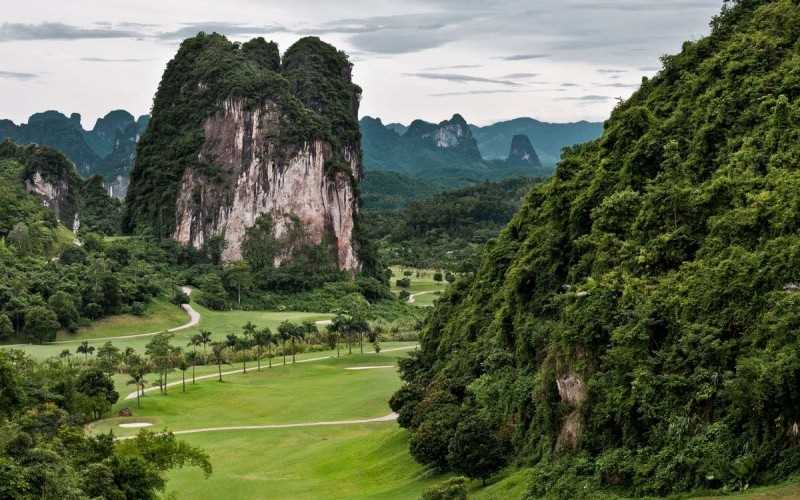 """Sân golf Phoenix Golf & Resort còn được ưu ái gọi là """"Hạ Long trên đất liền"""""""