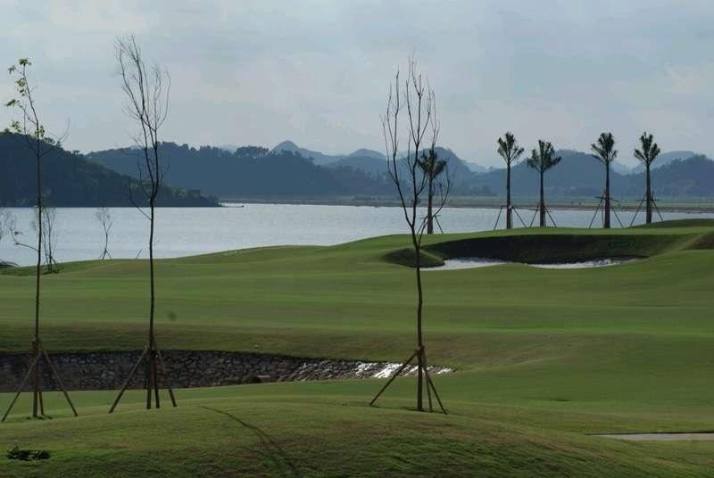 Sân golf Hoàng Gia (hay còn gọi là sân golf Yên Thắng, sân golf Ninh Bình) thuộc quần thể du lịch nổi tiếng của tỉnh Ninh Bình.
