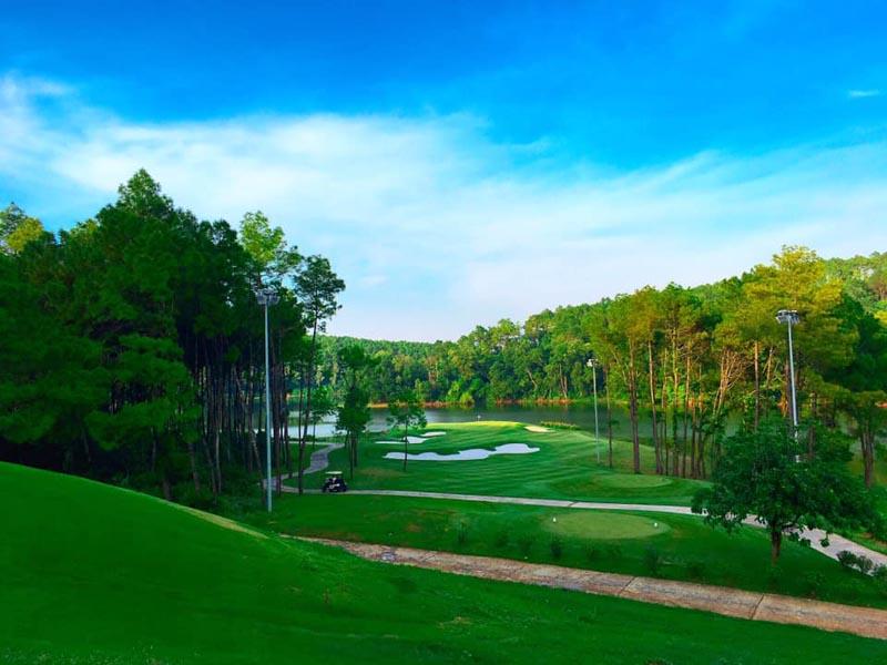 Sân golf Tràng An thu hút nhiều du khách