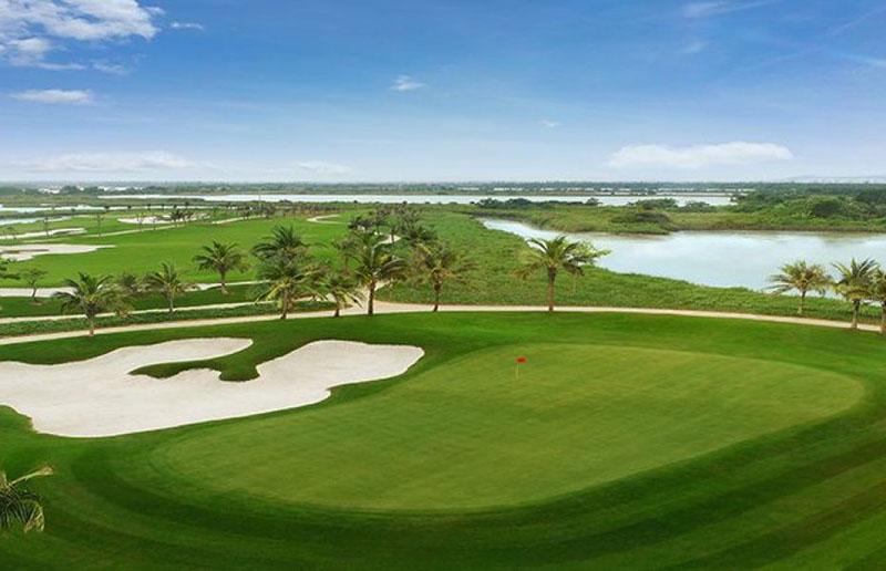 Sân golf Vinpearl tọa lạc tại vị trí trung tâm của tổ hợp du lịch nghỉ dưỡng tại đảo Vũ Yên