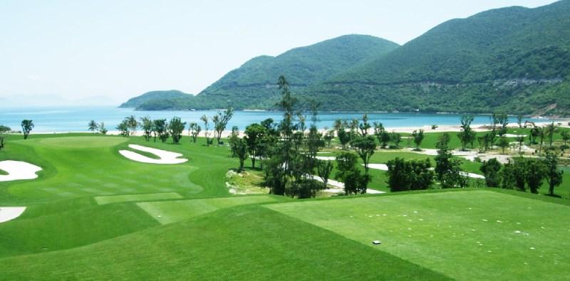 Sân golf Vinpearl Nha Trang nằm trải dài bên bờ biển, golfer có thể vừa chơi golf vwaf ngắm cảnh biển xinh đẹp