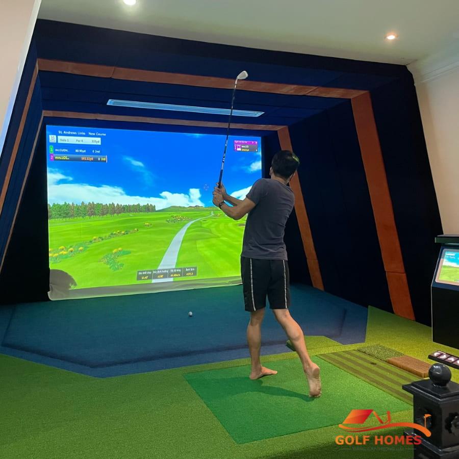 Anh Dũng trải nghiệm phòng Golf 3D sau khi nhận bàn giao