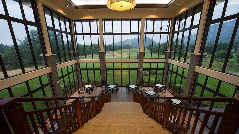 Không gian nhà hàng sang trọng, thoáng đãng gần gũi với thiên nhiên