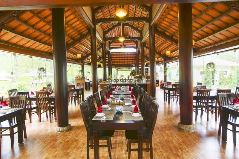 Nội thất của nhà hàng được thiết kế với tone màu gỗ, tạo không gian ấm cúng cho người chơi