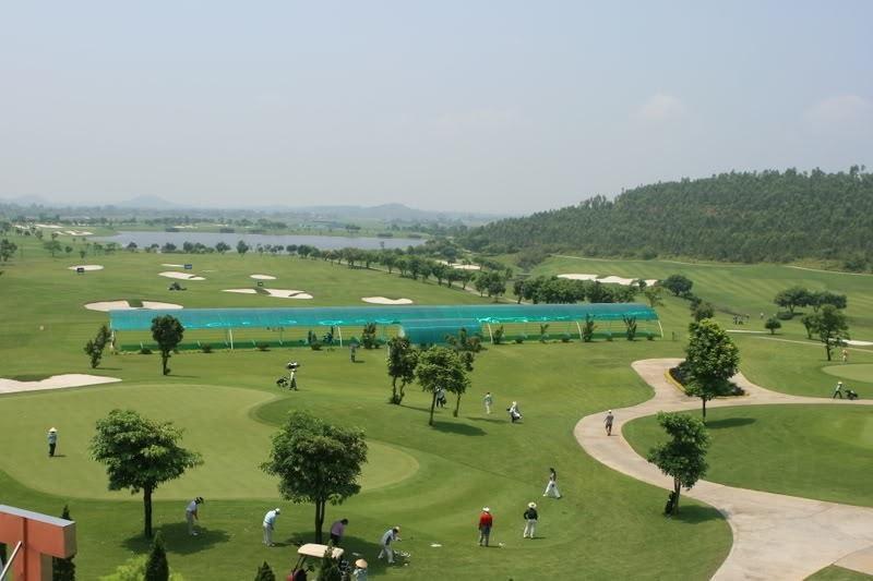 Sân golf sở hữu khung cảnh thiên nhiên đa dạng và thơ mộng với hồ, suối và thác nước
