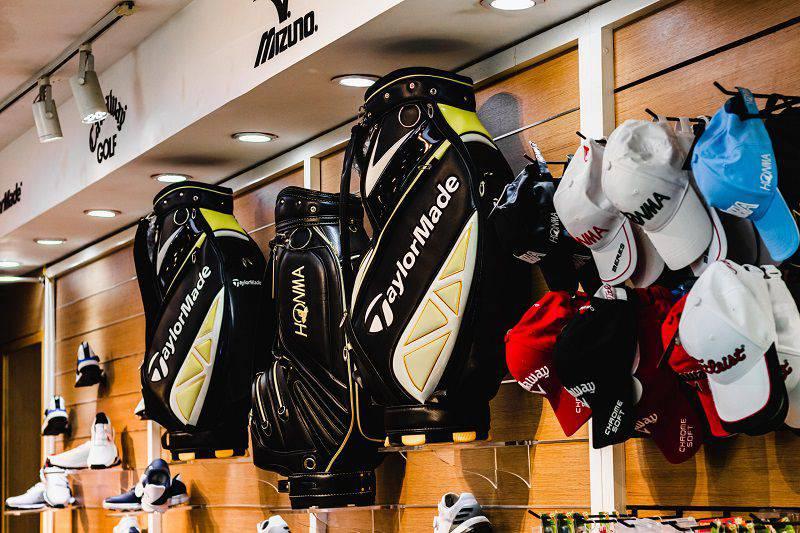Khu cửa hàng cung cấp các dụng cụ tập golf phục vụ người chơi