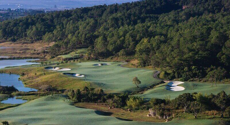 Toàn bộ sân golf được thiết kế như một bức tranh tuyệt đẹp hấp dẫn du khách