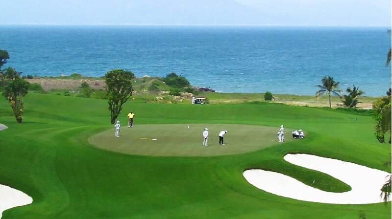 Sân golf tận dụng những địa hình có sẵn tạo nét độc đáo riêng biệt khiến người chơi thích thú