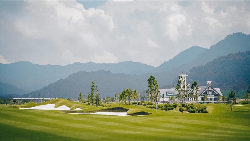 Khung cảnh nhà điều hành từ xa của sân golf Thanh Lanh